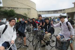 雨にも負けず伊江島のサイクリングを楽しむ第1隊の生徒達
