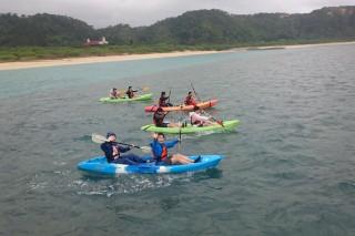 天候不順のため、残念ながら無人島には渡れず、カヌー体験をする第1隊の生徒達