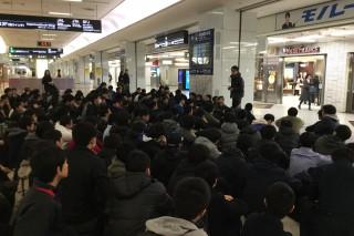 集合場所で渡邊学年主任の話を聞く第1隊の生徒達