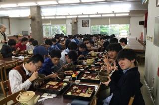 ひめゆり会館で沖縄料理を堪能する第1隊の生徒達