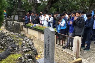 ひめゆりの塔の前で、亡くなられた方々の御冥福をお祈りして手を合わせました。