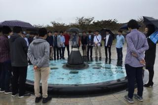 県立平和祈念資料館でガイドさんからの説明を熱心に聞く第1隊の生徒達