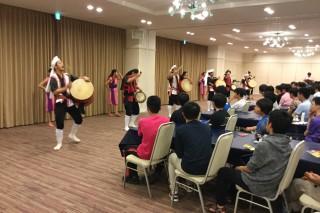 踊りを食い入るように見る第1隊の生徒達