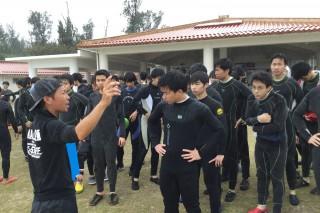 現地のスタッフからシュノーケリングの説明を受ける第1隊の生徒達