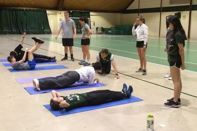 PE。体幹トレーニングの授業。