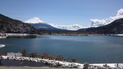 精進湖と富士山。