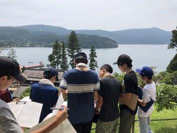 芦ノ湖周辺の地形を観察する生徒