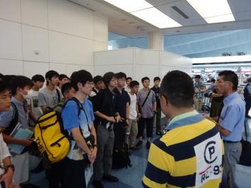 羽田空港にて。これから保安検査場に入る直前の模様です。グローバル教育部の先生と、引率教員が生徒たちを激励中