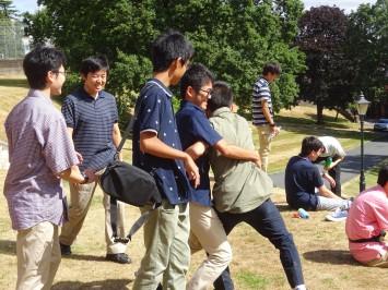日本が恋しくなったのでしょうか。相撲をしています。