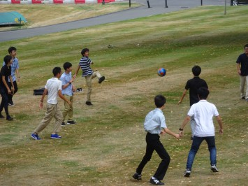 サッカーをやる高1生たち。この後、イギリス人学生も2人ほど加わり、Well done!とか何とか言いながら楽しんでいました。