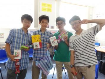 コーラを持っている生徒がいました。教員「コーラなんかどこでも買えるじゃん」A君「いや日本のと違うんです。ここのコーラ甘いんスよ」教員「そうなの!?」
