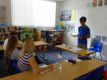 3人のイギリス人学生がジーッと見つめる中でのスピーチ練習。緊張感。