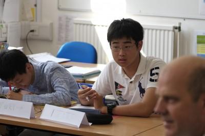 アラン先生のクラスの様子。聞いた話をまとめて、要点と感想を述べる練習です。