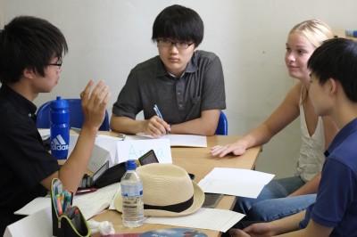こちらは高2生のクラス。日英の文化の違いについて語っているようです。