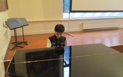 校歌斉唱の伴奏をしてくれました。