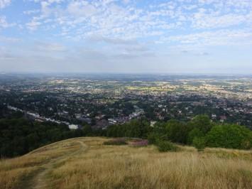 モーバンが見渡せる丘。街中から20分の山登り。こんな光景を見なgら、教員2人でずっと話していました…
