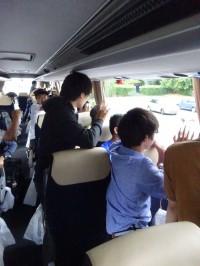 バスが発車。みんな一生懸命手を振っています。