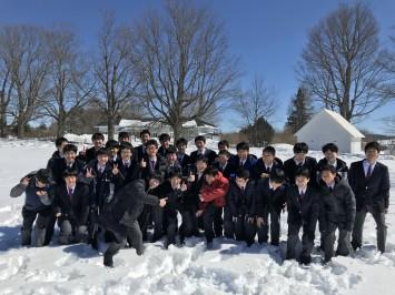 「例年、ここで集合写真を撮っているよ」と教えられた場所も先週の大雪に埋もれてたどり着けず。しかし生徒は楽しそうな様子でした。