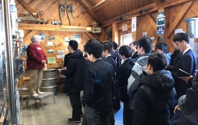 メイプル工場オーナーの説明を真剣に聞く海城生。自ら質問をする生徒も現れました。