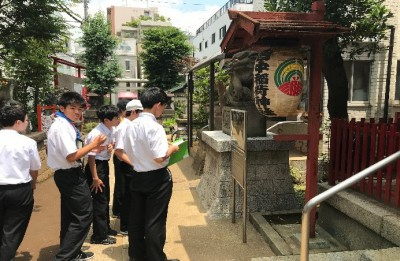 皆中稲荷神社を見学する様子