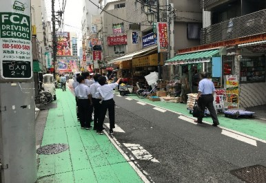 文化通りでの商店見学.通るだけで東アジアのワープしたような感覚になるこの地域は貴重な教材です.