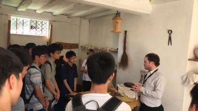 シェイクスピアの父ジョンが生業としてた皮の手袋作りについてガイドから説明を受ける生徒たち