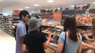 スーパーマーケットで、お菓子を購入