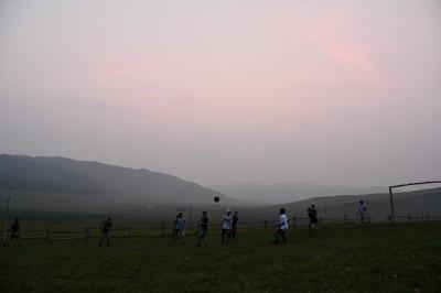 暗くなるまでサッカーをしました