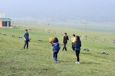 新モンゴルの生徒達とキャッチボール。モンゴルでは野球をする人は少ないようで、ともて興味を持ってくれました。