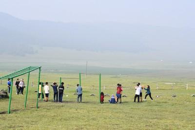 草原で遊ぶ様子