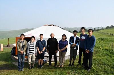 高1生のゲル。ゲルの前でお世話になった新モンゴル学園の先生を囲んで。