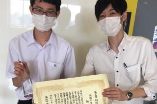 受賞を喜ぶ新井君と授業担当の先生