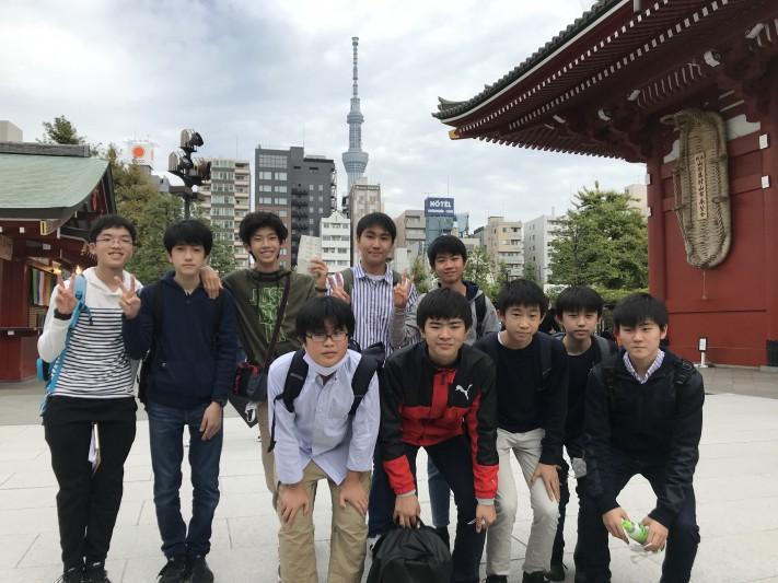 浅草寺境内にてスカイツリーをバックに。皆、よく歩きました!