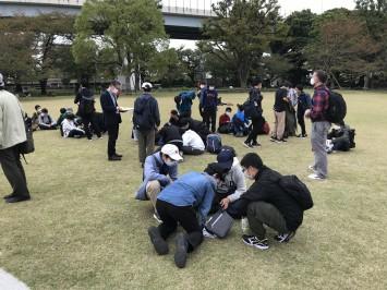 浅草のゴール地点(隅田公園)。何とか一句をひねり出す生徒たち。